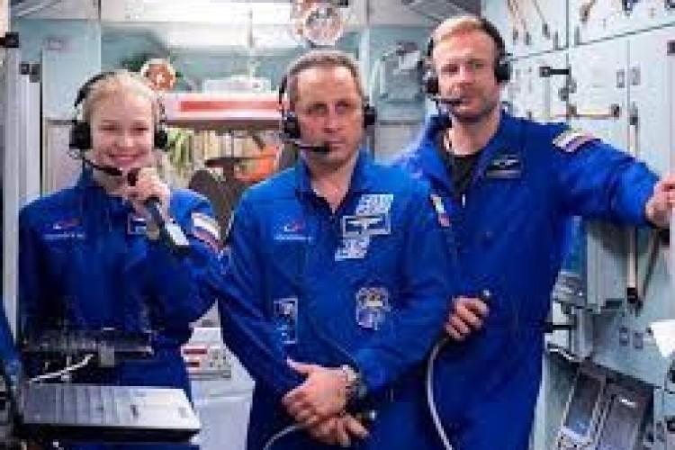 Regresan a Tierra cineastas rusos que grabaron la primera película en el espacio