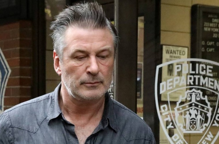 El actor Alec Baldwin disparó el arma de utilería que mató a una mujer durante el rodaje de una película, confirma la Policía
